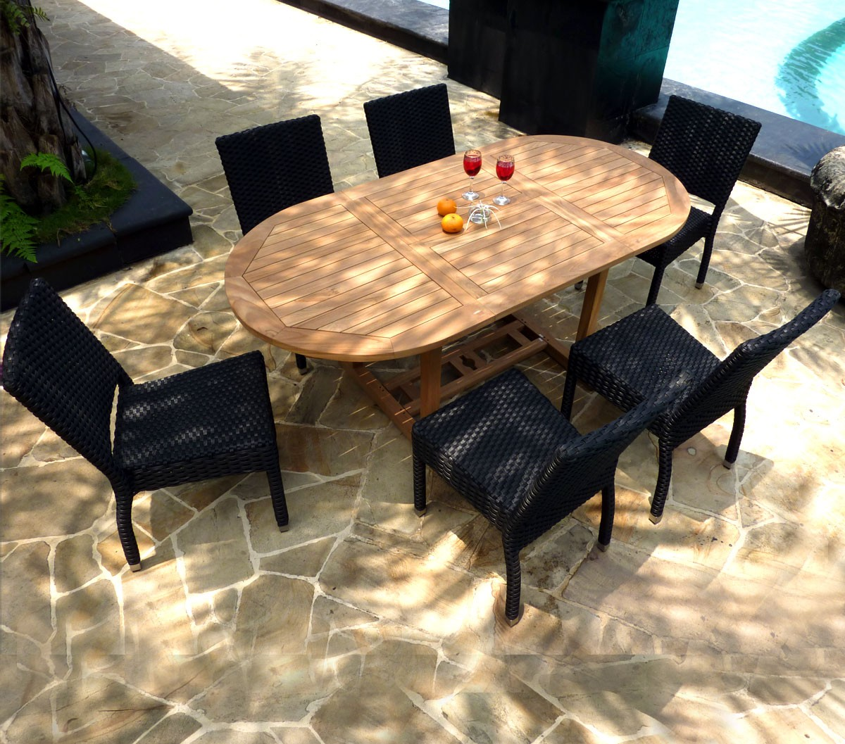 Id al pour cet t salon table ovale extensible en teck for Salon d ete en resine