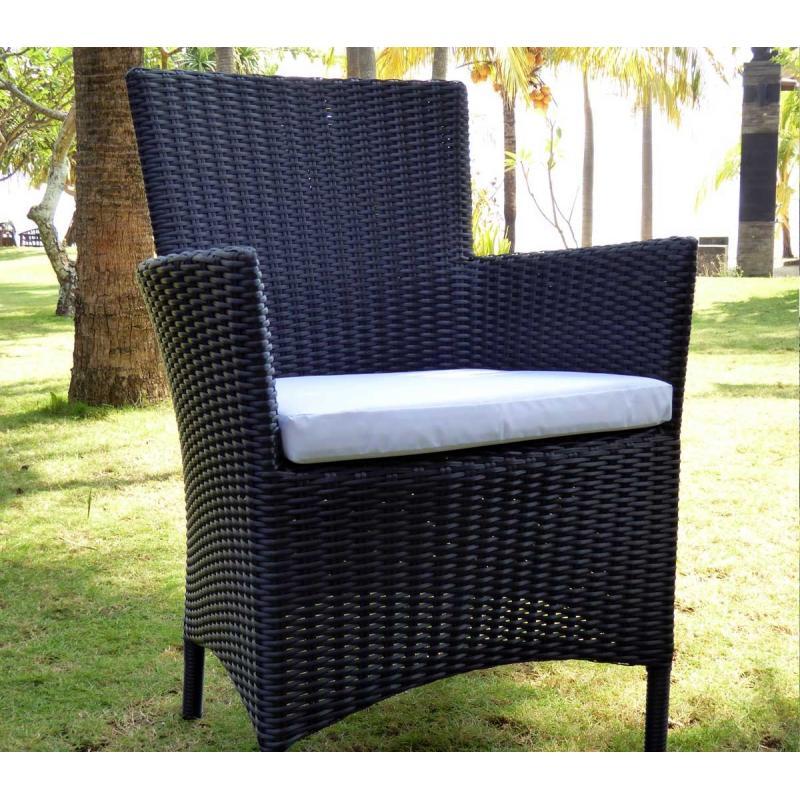 fauteuils en résine tressée noire avec coussins blanc écru